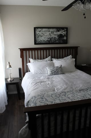 Queen Bed With Down Comforter and Premium Bedding in the Dogwood Room