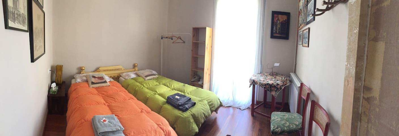 Habitació lluminosa i balcó. Bany privat. Cèntric.