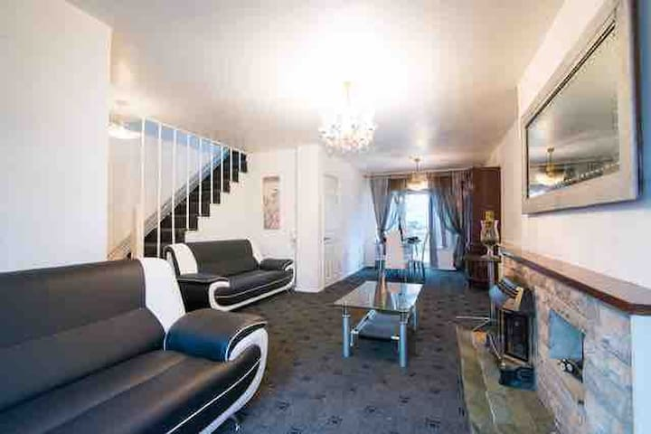 Large 4 bedroom house next to city centre