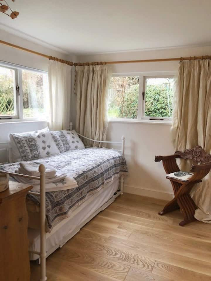 Tranquil Private Clean Studio in Lovely Village.