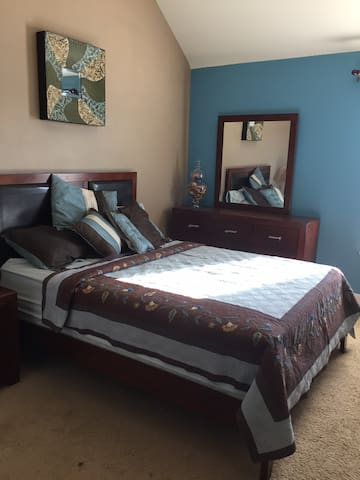 Clean Large Room in Friendly Home - Murphy - Hus