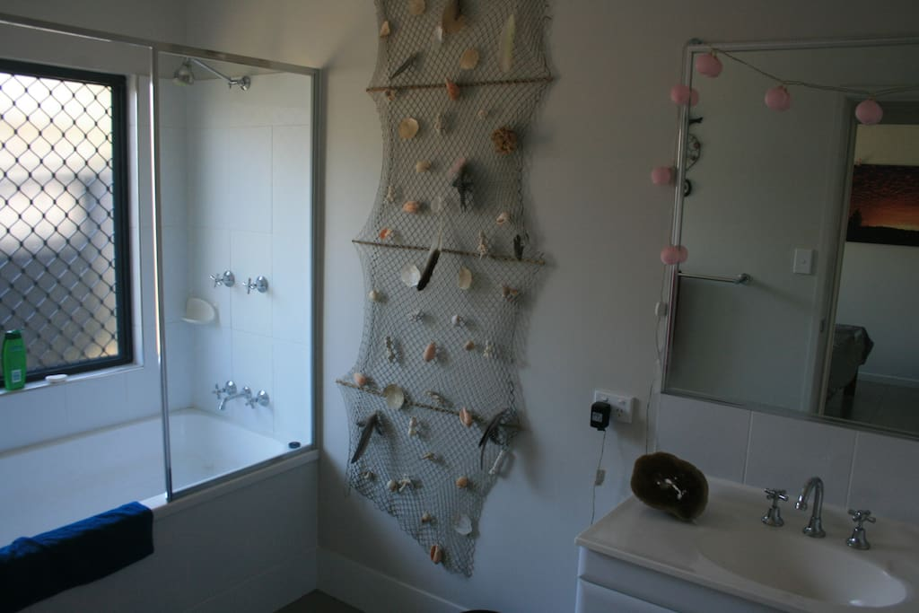 Guests Bathroom.
