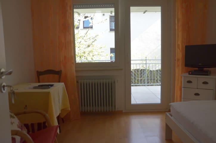 Ferienzimmer 2 Winnenden, Wohnen unterm Kirschbaum - Winnenden - House