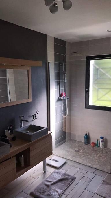 Salle de bain avec douche à l italienne dans suite parentale