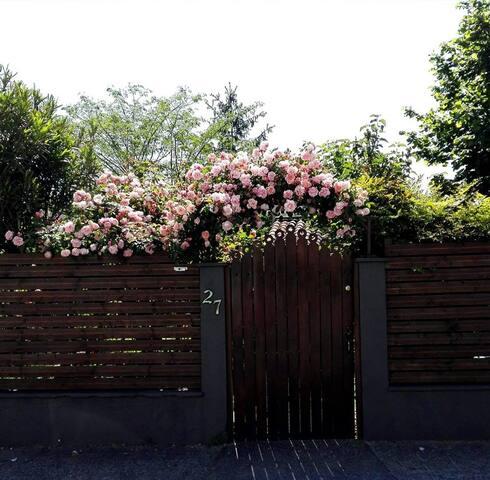Dans charmante maison en pierre avec joli jardin