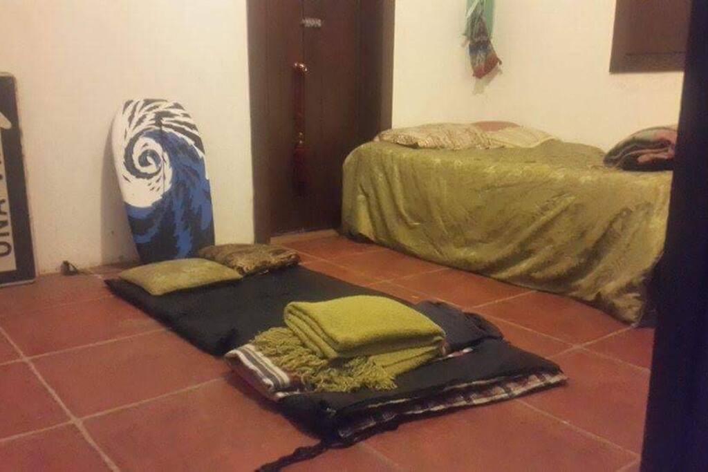 Cuarto adicional y espacio para colocar otro colchón en el piso