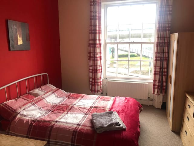 Hotwells double room close to city centre. Redroom