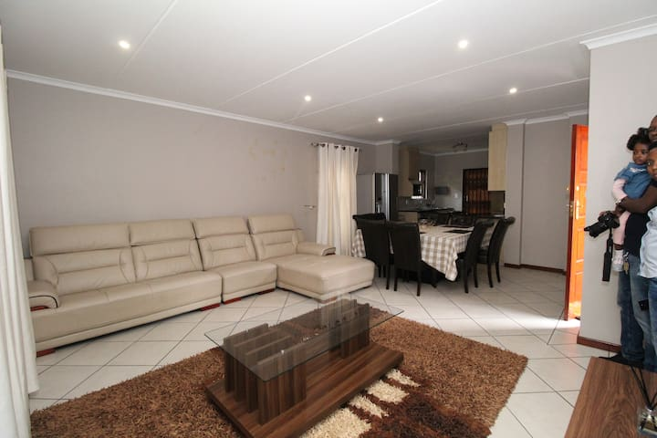 Heaven in Bryanston , 3 minutes to shopping centre
