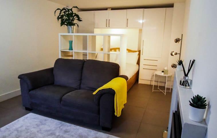 Central, Quiet and Modern Stockbridge Apartment