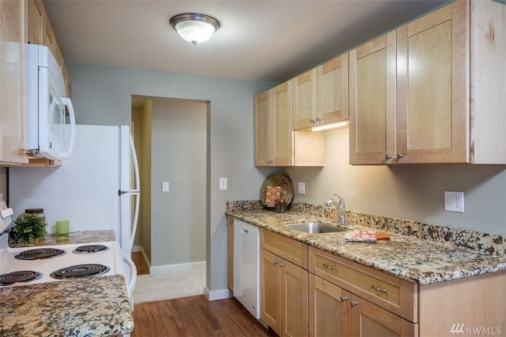 Entire APT 2bd 2ba close Microsoft-enjoy the Lake - Redmond