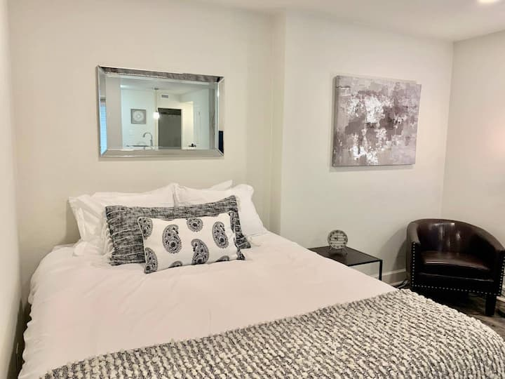 2M - Brand new expertly decorated Downtown City Studio in the heart of Atlanta`s Hotel District.