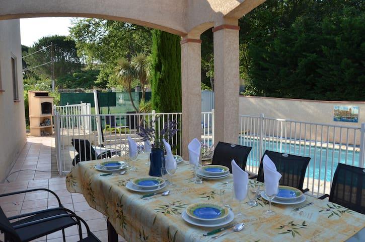 (En) Outdoor table, retractable roof and BBQ (Fr) Table extérieure, toit rétractable et BBQ