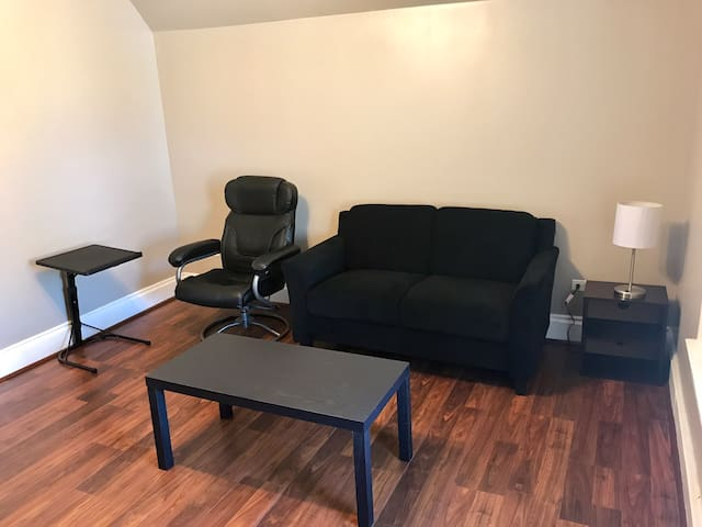 Cozy 2 bedroom Logan Square apt by transportation