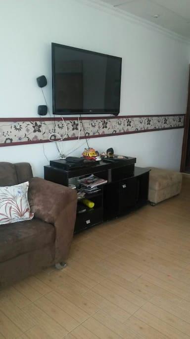 En la habitacion tendra conexiones para cargar su celular, comodos sofá, balconcito si desea aire libre
