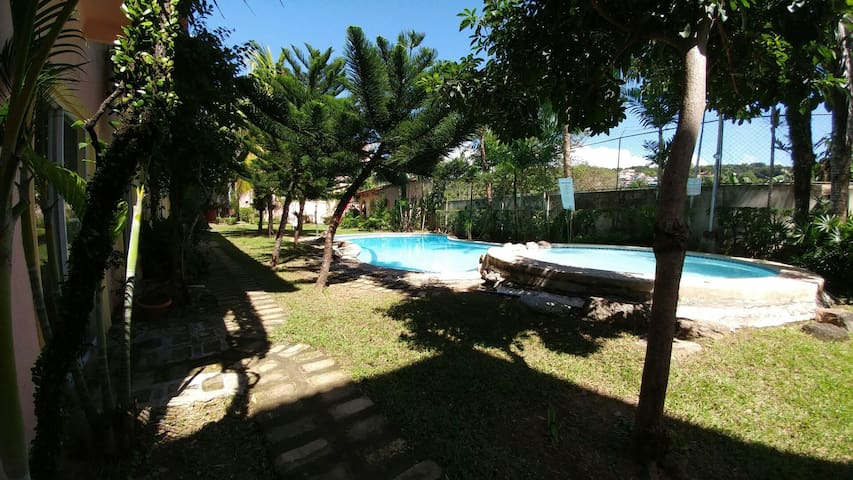 BRIGHT Breezy Room With View, Pool, WIFI, Kitchen