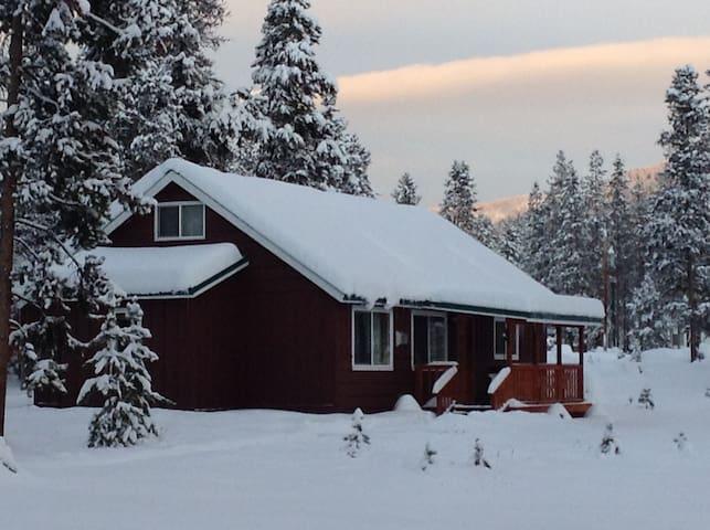 Quiet getaway cabin in a small community .