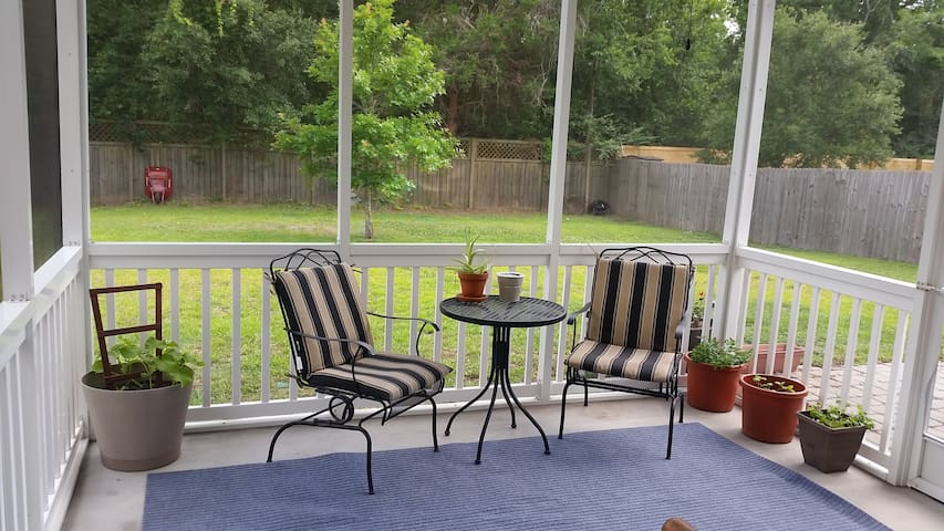 2 bedroom house close to downtown and the beach!