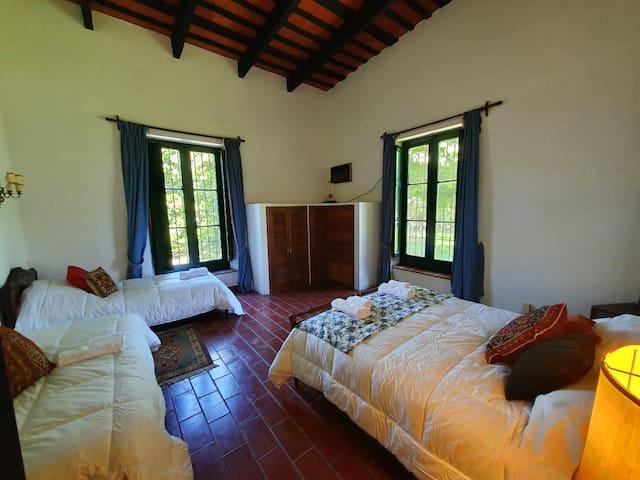 Habitacion del medio - cama queen y 2 camas single