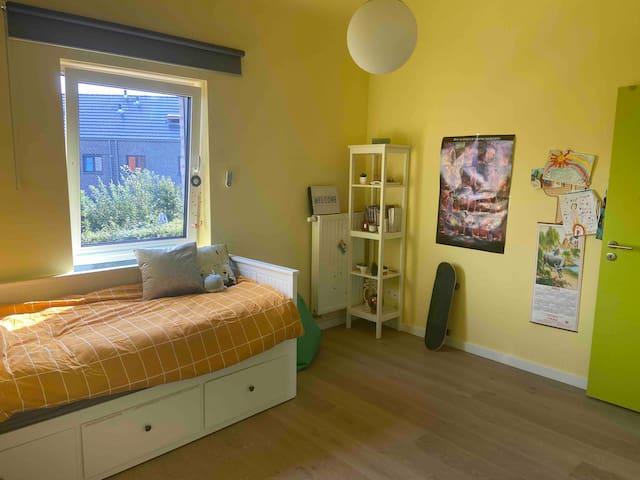 Slaapkamer met 1 bedbank dat kan omgevormd worden tot een dubbel bed (160 cm). Er is ook nog een hoogslaper aanwezig in deze slaapkamer voor 1 persoon.
