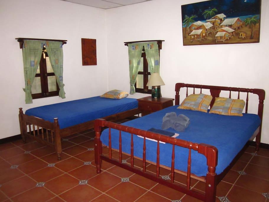 Zimmer N°1 mit Deckenventilator, 2 Betten, eigenes Badezimmer (52m²)