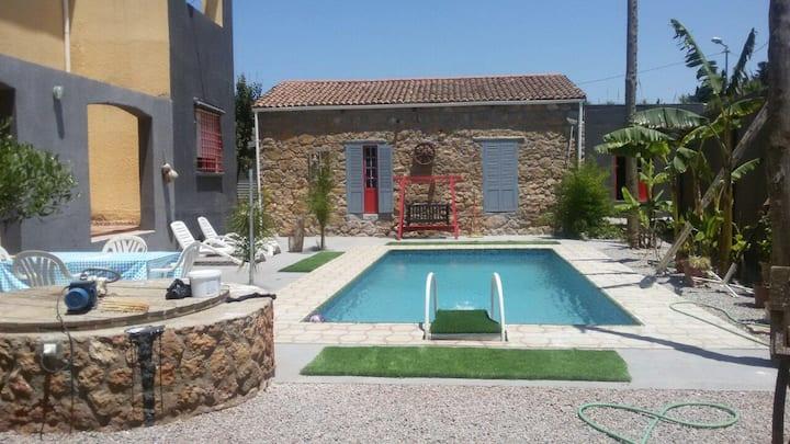 maison en pierre avec piscine
