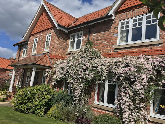 Beautiful double & private en-suite near to York