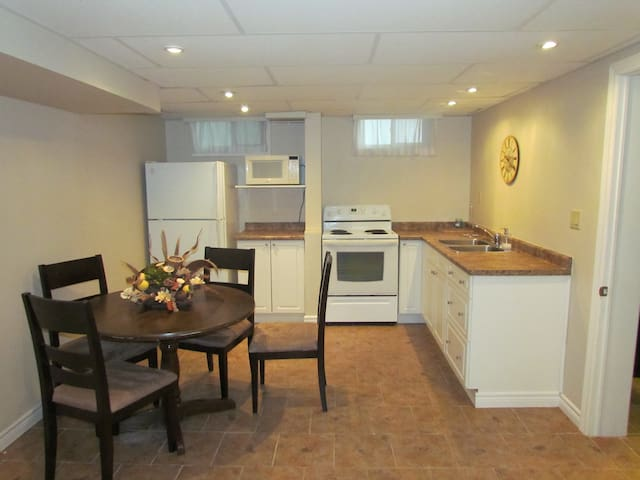 Quiet and Private Basement Apt for Short Term - Lindsay - Leilighet