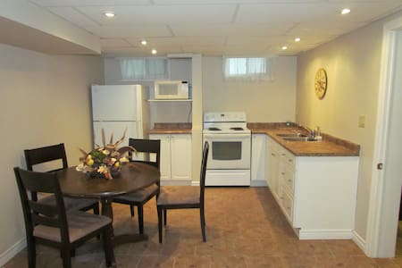 Quiet and Private Basement Apt for Short Term - Lindsay - Huoneisto