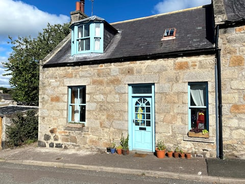 Cosy old cottage, close to Huntly train station