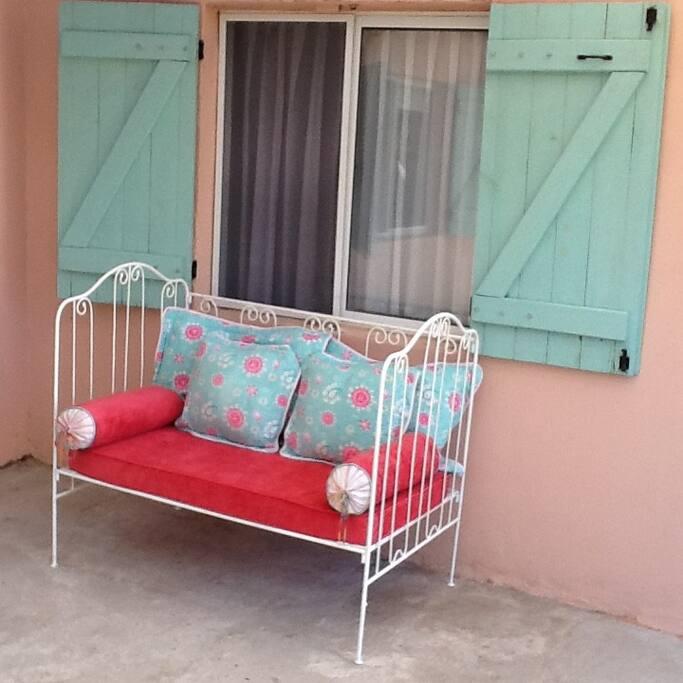 sillón en patio trasero