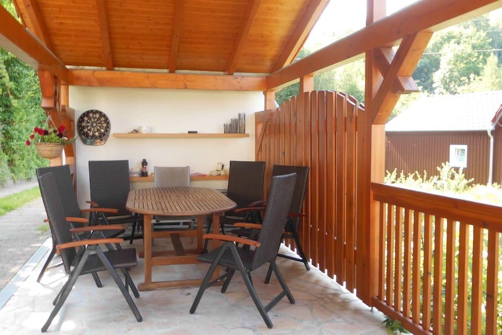 überdachte Sitzecke mit Holzkohlegrill