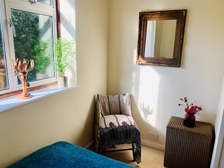 Bright & spacious room in peaceful Woodbridge Hill