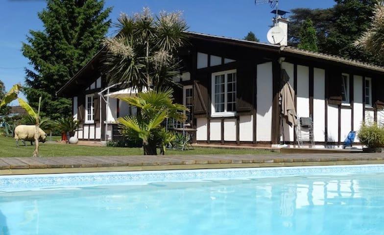 Maison basque et piscine entre océan et montagnes