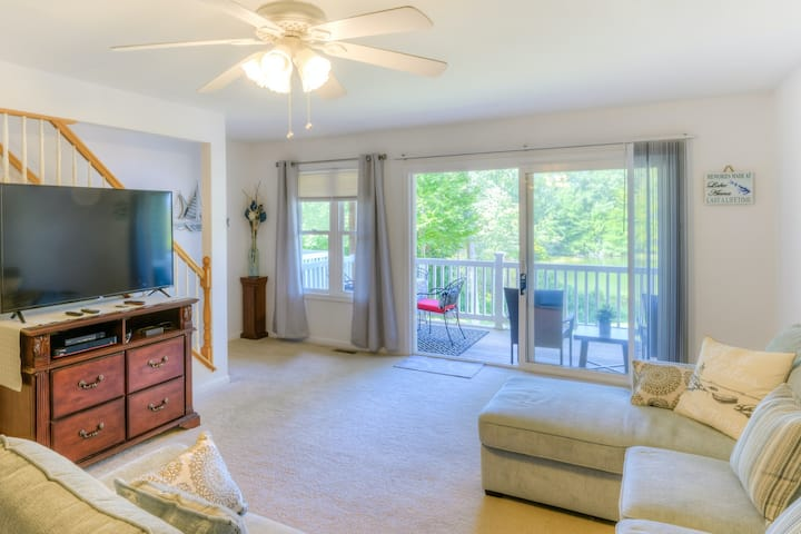 Lakefront oasis w/ beach access, two balconies & gas grill - dogs OK!