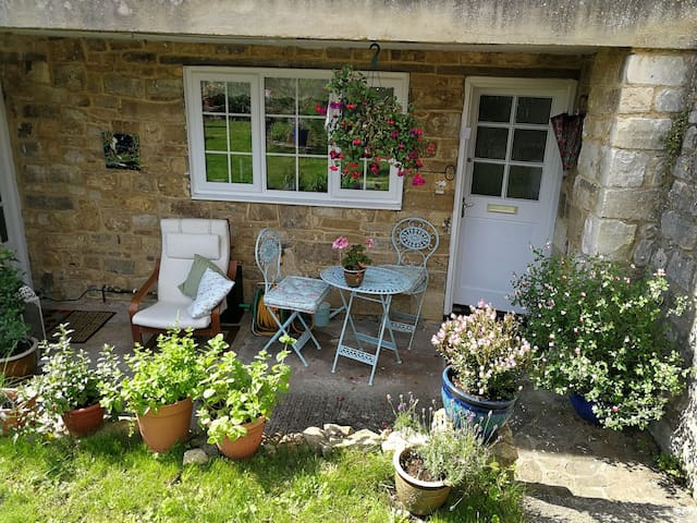 Central Bradford-on-Avon cosy female guest room