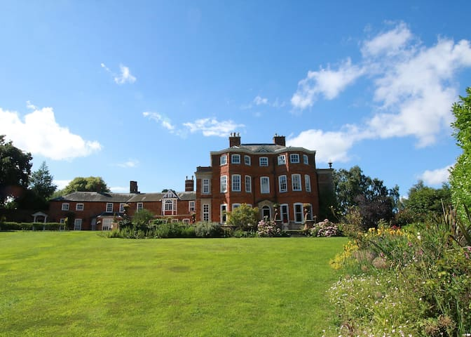 Raithby Hall - Eclectic Stately Home, 36 guests