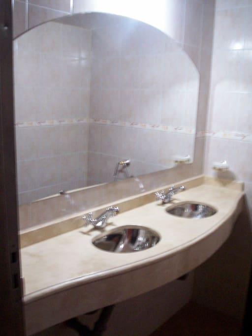 nuestros baños son diaria y cuidadosamente aseados