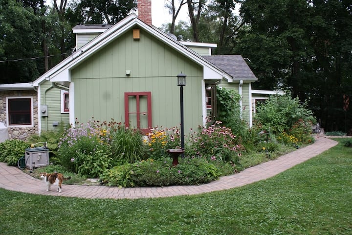 Kettle Moraine Cottage B&B Garden Room