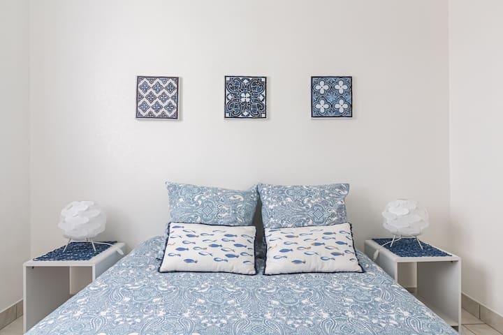 Une chambre au calme avec un lit confortable (matelas en latex) et un grand placard pour ranger toutes vos affaires. Le linge de lit est fourni.