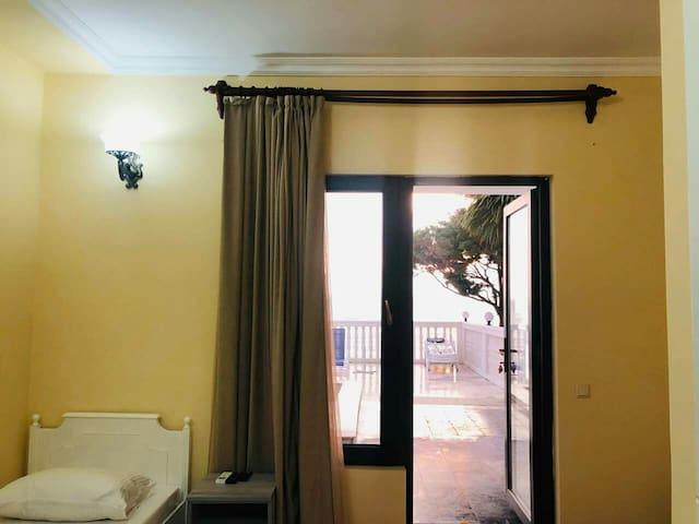 Семейный двух комнатный номер 101 на 4 персоны, комната с видом на море и выходом к бассейну