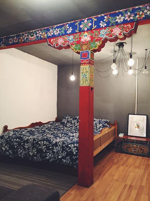 屋内共有一张两米大床和一张一米小床