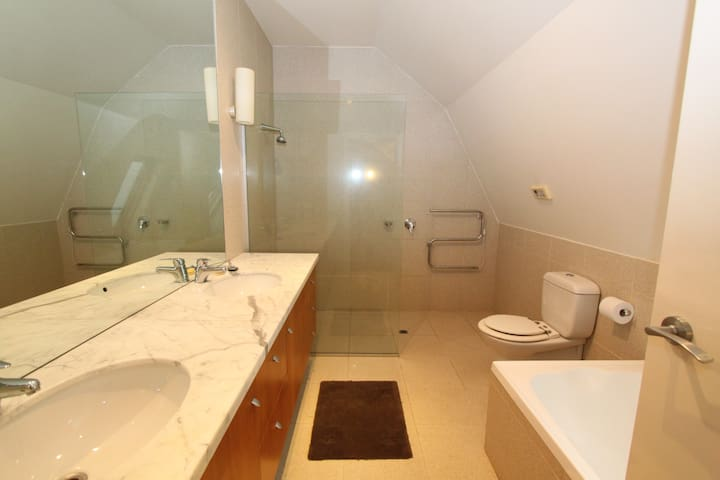 Private Room Ensuite + Beach View (min 1month)