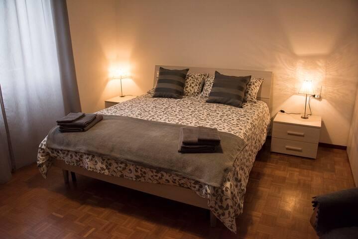 Camera da letto con letto matrimoniale e uno singolo