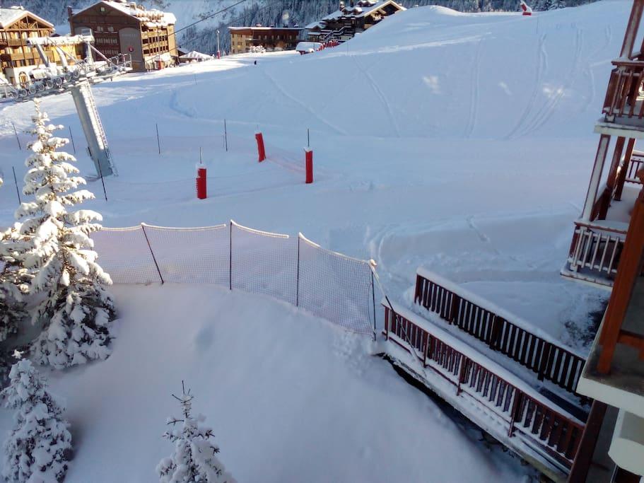 Sortie de l'immeuble skis aux pieds