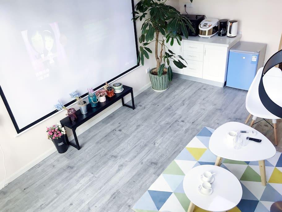 北欧风的地毯,冰箱,电饭煲,咖啡机,微波炉,电水壶