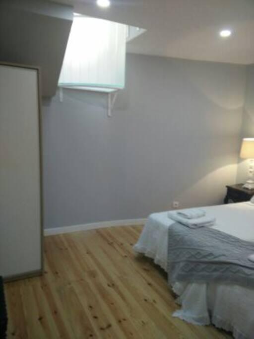 o quarto tem luz que vem de cima através de um sistema de lamelas de vidro que serve para respirar.