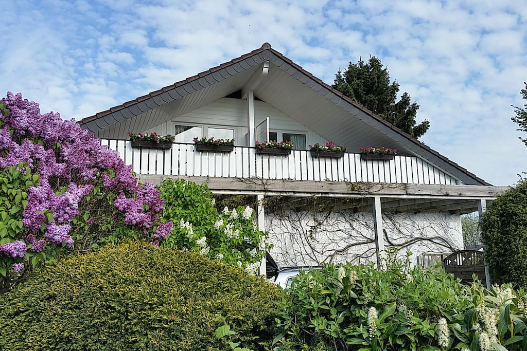 Aussenansicht mit Blick auf den Balkon Seeblick und Frühstücksraum