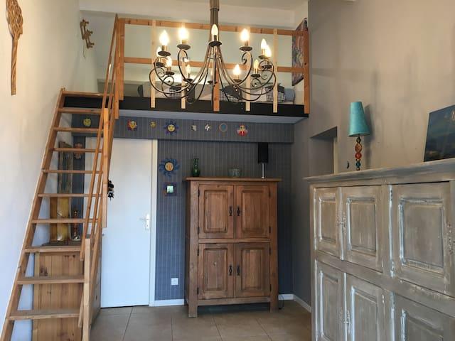 Chambre 2 avec une mezzanie où se trouvent les 2 lits simple