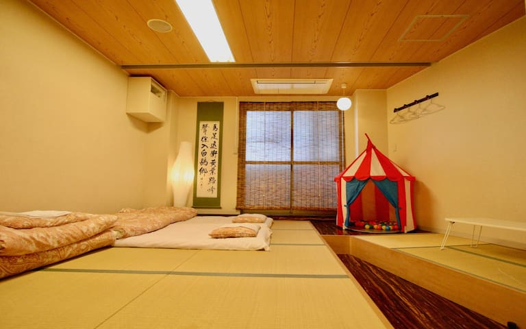 Near Tenoji/ Front desk check in/ Deluxe 6ppl room