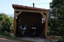 un abri pour les engins de nos amis motards... ou bien les cyclistes !